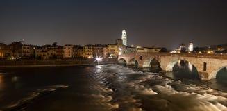 Verona, Italia, puente de piedra, el castillo viejo, visión panorámica fotografía de archivo