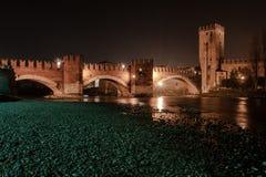 Verona, Italia, puente de piedra, el castillo viejo, visión panorámica imagenes de archivo