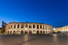 VERONA, ITALIA - SEPTIEMBRE DE 2017: Arena romana antigua del amphitheatre en Verona, Italia en la salida del sol azul de la hora Fotos de archivo libres de regalías