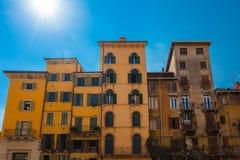 VERONA, ITALIA 8 settembre 2016: Vista sulle vecchie alte case dei cittadini locali individuati sul delle Erbe della piazza Fotografie Stock Libere da Diritti