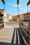 VERONA, ITALIEN - 17. AUGUST 2017: Verona Italy-Statue von Camillo Benso Count von Cavour und Castelvecchio ziehen sich zurück stockbilder