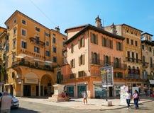 Verona Italien - Augusti 17, 2017: Härlig fasad av byggnaden i Verona Street Royaltyfri Bild