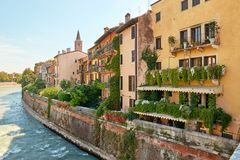 Verona Italien - Augusti 17, 2017: Härlig fasad av byggnaden i Verona Street Royaltyfria Bilder
