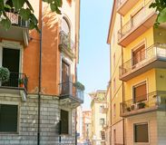 Verona Italien - Augusti 17, 2017: Härlig fasad av byggnaden i Verona Street Arkivfoton