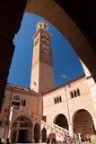 Verona Italien, forntida gata, klockatorn i bågen Arkivbilder