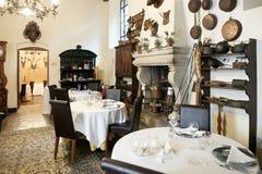 Verona Italien - Juli 12, 2017: Slott Bevilacqua: inre av det historiska hotellet nära Verona Royaltyfria Foton