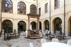Verona Italien - Juli 12, 2017: Slott Bevilacqua: inre av det historiska hotellet nära Verona Arkivfoton