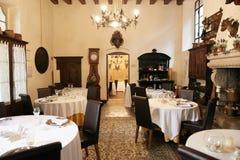 Verona Italien - Juli 12, 2017: Slott Bevilacqua: inre av det historiska hotellet nära Verona Royaltyfria Bilder