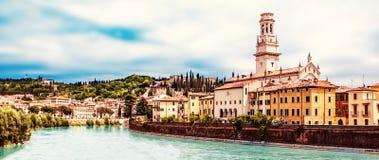 VERONA, ITALIEN - 25. Juni 2017: Verona Venetien-Region Stadt von Verona mit Fluss am sonnigen Tag Italien Stockbild