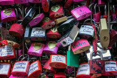 VERONA, ITALIEN - 24. MÄRZ: Bunte Vorhängeschlösser nahe bei Romeo und Lizenzfreie Stockfotos
