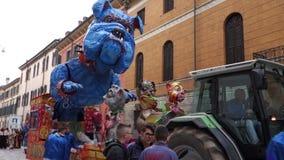 VERONA, ITALIEN MÄRZ 2019: Kampfwagen und Masken führen während des Karnevals von Verona-Stadt im März 2019 vor Parade durch das  stock footage