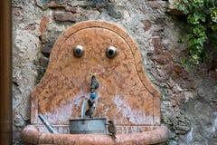 VERONA, ITALIEN - 24. MÄRZ: Spatz, der von einem Hahn in Verona trinkt Stockbilder