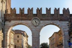 VERONA ITALIEN - MARS 24: Port för forntida stad av Verona i Italien Arkivfoto