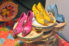 VERONA ITALIEN -, MAY 2017: färgrika skor för härlig sommar i th royaltyfri foto