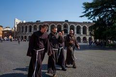 Verona Italien - Oktober 02: Okända munkar tar en gå framme av arenan på Oktober 02, 2017 i Verona Arkivbild