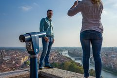 Verona Italien - Oktober 02: Okända turister tycker om sikten över Verona på Oktober 02, 2017 i Verona Arkivfoton