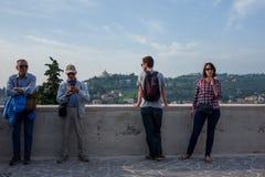 Verona Italien - Oktober 02: Okända turister tycker om sikten över Verona på Oktober 02, 2017 i Verona fotografering för bildbyråer