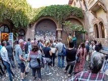 Verona Italien - Oktober 02: turister besöker statyn av giuliettaen på Oktober 02, 2017 i Verona Arkivfoto