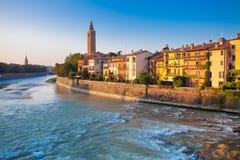 VERONA ITALIEN September 08, 2016: Morgonlandskap med det Adige flod-, Klocka tornet av kyrkan för Santa Anastasia ` s och invall Arkivfoton