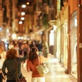 Verona Italien - September 5, 2018: Shoppingkvinnor arkivfoto