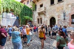 VERONA, ITALIEN 8. September 2016: Touristen nähern sich Haus von Juliet Capulet (Giulietta Capuleti) Lizenzfreies Stockbild