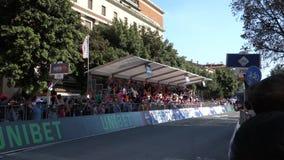 VERONA, ITALY-JUNE 2019: fina? rasa Giro d ?Italia s?awna rowerowa rasa w centrum miasta Verona miasteczko w W?ochy zbiory wideo