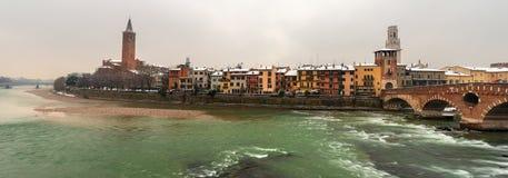 Verona Italy - paesaggio urbano e fiume di Adige Immagine Stock
