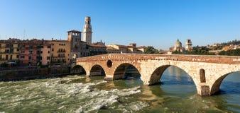 Verona Italy - Ponte Pietra et rivière de l'Adige Photos stock