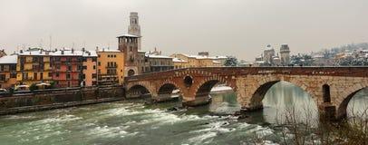 Verona Italy - Ponte Pietra et rivière de l'Adige Photographie stock libre de droits