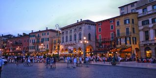 Verona Italy /21st giugno 2012 /Tourists gode di un aro della passeggiata di sera Fotografia Stock Libera da Diritti