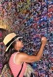 Verona Italy /21st Juni 2012/a skriver den kvinnliga turisten en romantiker M arkivbild