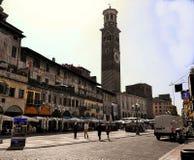 Verona Italy /21st Juni 2012/Tourists irrar i den offentliga marknaden royaltyfri bild