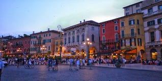 Verona Italy /21st Juni 2012/Tourists tycker om en aftonpromenadaro royaltyfri fotografi