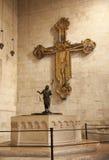 Verona - Jesús en la cruz y el baptisterio en la basílica San Zeno fotos de archivo