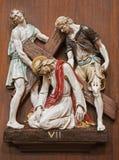 Verona, Jezus pod corss -. Jeden część ceramiczny coss sposób od st. Nicholas kościół Obrazy Royalty Free