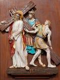Verona, Jezus pod corss -. Jeden część ceramiczny coss sposób od st. Nicholas kościół Obraz Stock