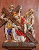 Verona - Jezusowy spadek pod corss. Jeden część ceramiczny coss sposób od st. Nicholas kościół (Chiesa Di San Nicolo) Zdjęcia Royalty Free
