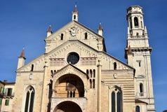 Verona Katedralna fasada z swój złożoną dzwonnicą i stylem zdjęcie stock