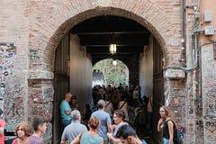 Verona, a-menigte van toeristen bij de ingang aan de binnenplaats van Julieta-huis royalty-vrije stock foto's