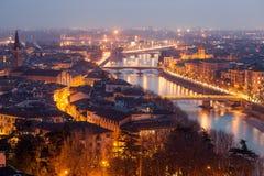 Verona på natten arkivbild