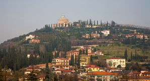 Verona - Santuario dellaMadonna di Lourdes från kast San Pietro Royaltyfri Foto