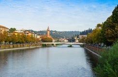 Verona stad, Adige flod Royaltyfria Bilder