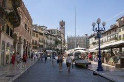 Verona stad/ITALIEN - Juni 10, 2017: Verona stadsgata under touristic sommarsäsong med grupp människor arkivfoton