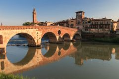 Verona-Stadtbild mit Ponte Pietra auf die Etsch-Fluss mit historica stockbilder