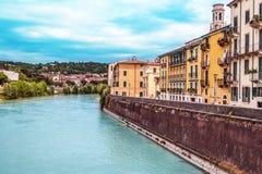 Verona Włochy, Czerwiec, - 25, 2017: Sceneria z Adige rzeką w Veron Fotografia Stock