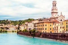 VERONA WŁOCHY, Czerwiec, - 25, 2017: Verona Veneto region Miasto Verona z rzeką przy słonecznym dniem Włochy Fotografia Royalty Free