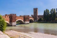 Verona włochy Sceneria z Adige rzeką Scaligero i Ponte i Obrazy Stock