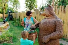 Verona, Włochy Sierpień 18, 2018: Leoland park rozrywki kobieta z niedźwiedziem obrazy stock