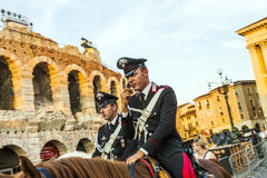 Policenmen z koniami przed areną w Verona, Włochy Zdjęcia Stock