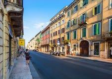 VERONA, WŁOCHY Wrzesień 08, 2016: Ludzie czekają autobus na autobusowej przerwie na ulicie w centrum miasta Verona Obrazy Royalty Free